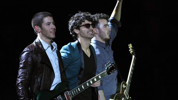Vuelven los Jonas Brothers y lo confirmaron con una foto que estalló en las redes sociales