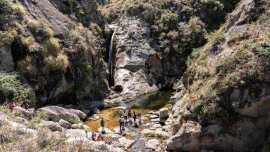 pampa-de-achala:-un-trekking-imperdible-hasta-un-rio-subterraneo